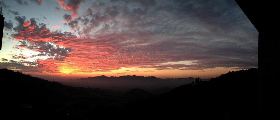 上山回家旅宿看出去的夕陽